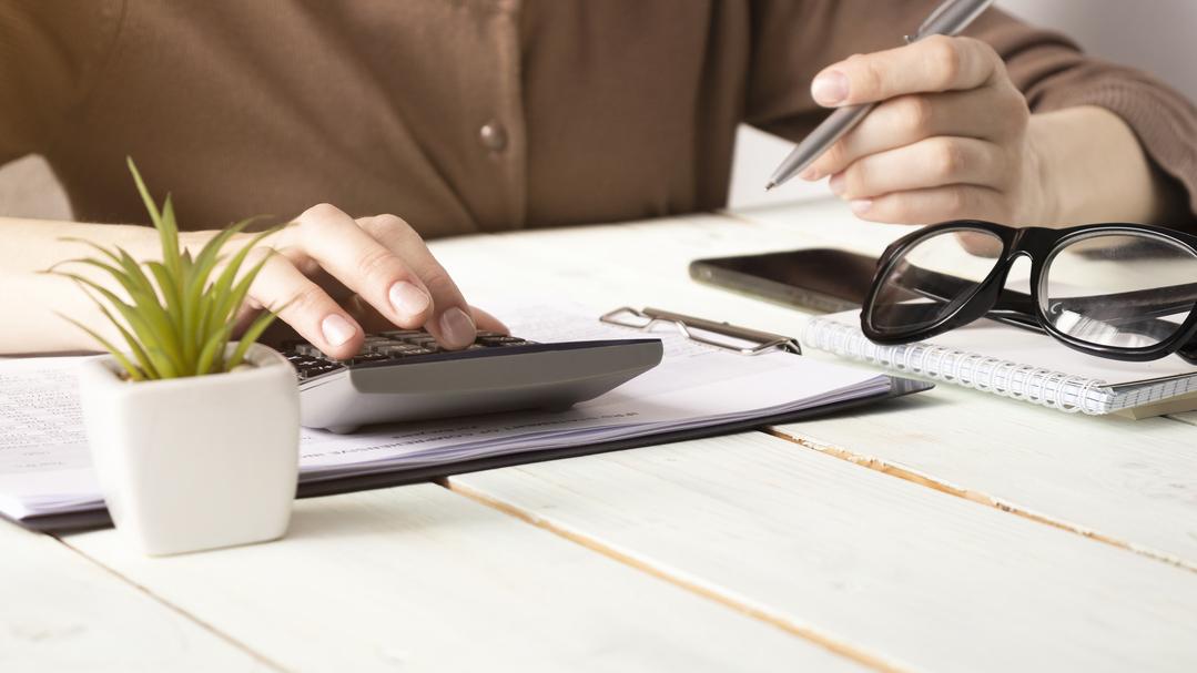 Fazer o pagamento do 13° salário dos funcionários sem erros é fundamental. Aqui, entenda melhor esse direito e descubra como ele é calculado!
