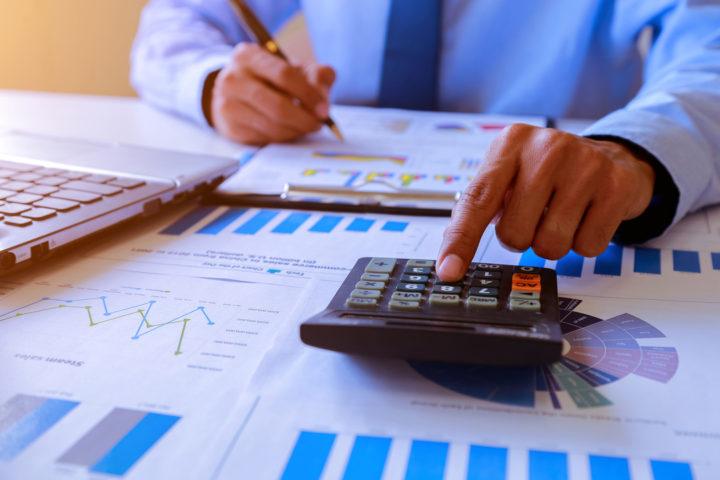 Homem calculando regimes tributários