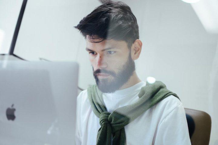 Homem analisando certificado digital MEI