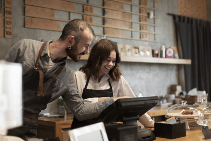 Homem e mulher seguindo os passos de como abrir um cnpj da sua nova cafeteria
