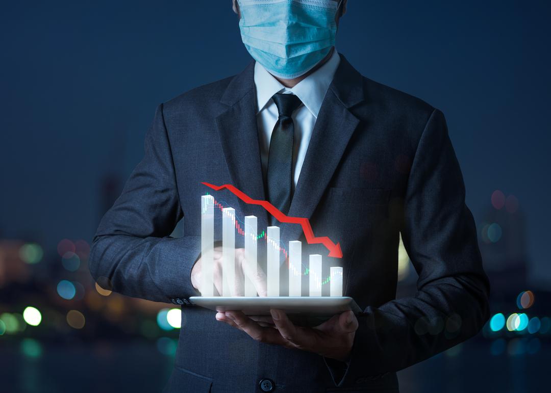 Homem fazendo a gestão da crise financeira em uma tela