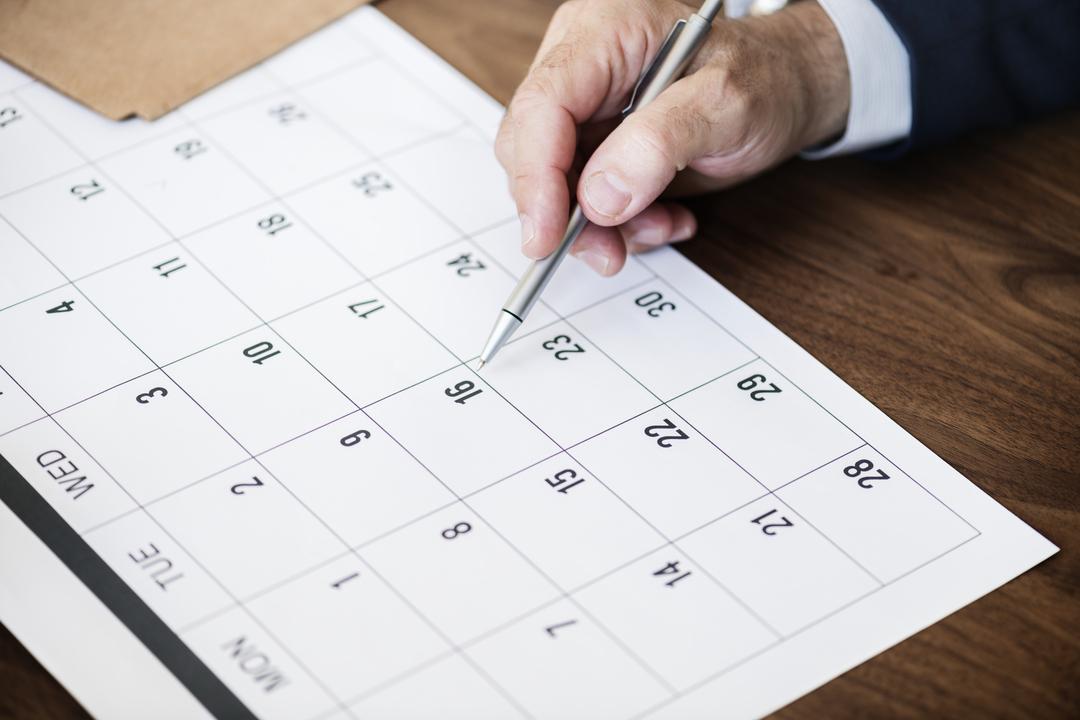 Homem checa qual foi o feriado antecipado em calendário