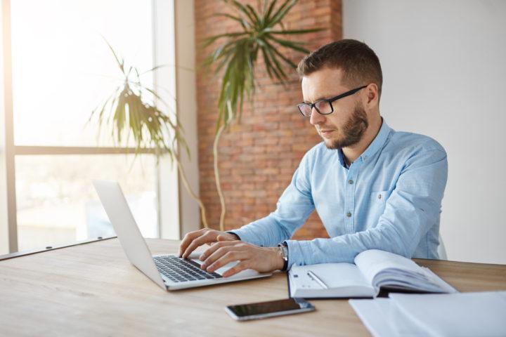 Homem pesquisa como abrir empresa em BH