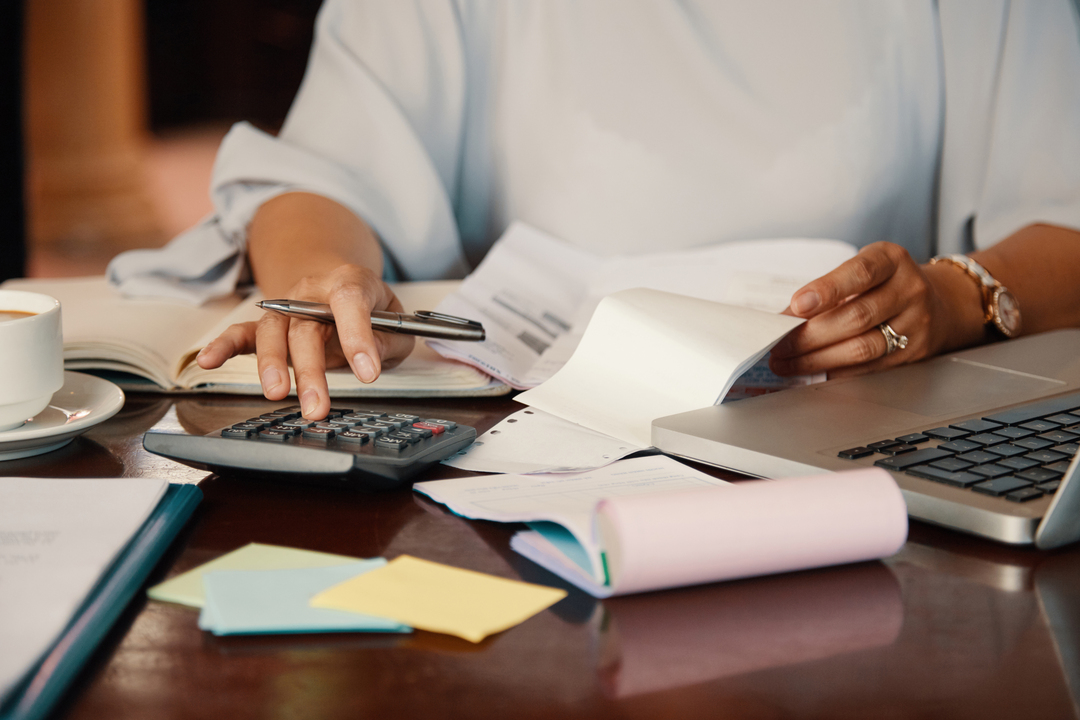 Empresária faz cálculos depois de descobrir como regularizar sua empresa