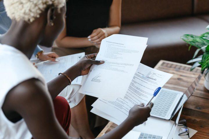 Mulher negra faz a consultoria trabalhista de pequenos negócios